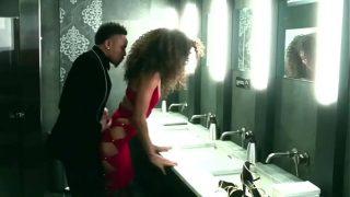 Sexy mallu aunty showering hot video on cam